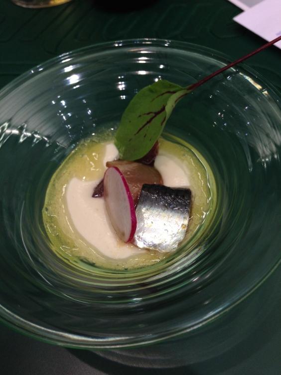 Porro de almendra con sardina curada, hierbabuena, rábanos y uva de Diego del Río.