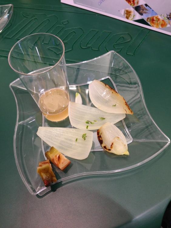 Cebollas asadas con jalea de pino y tomillo de Miguel Ángel de la Cruz.